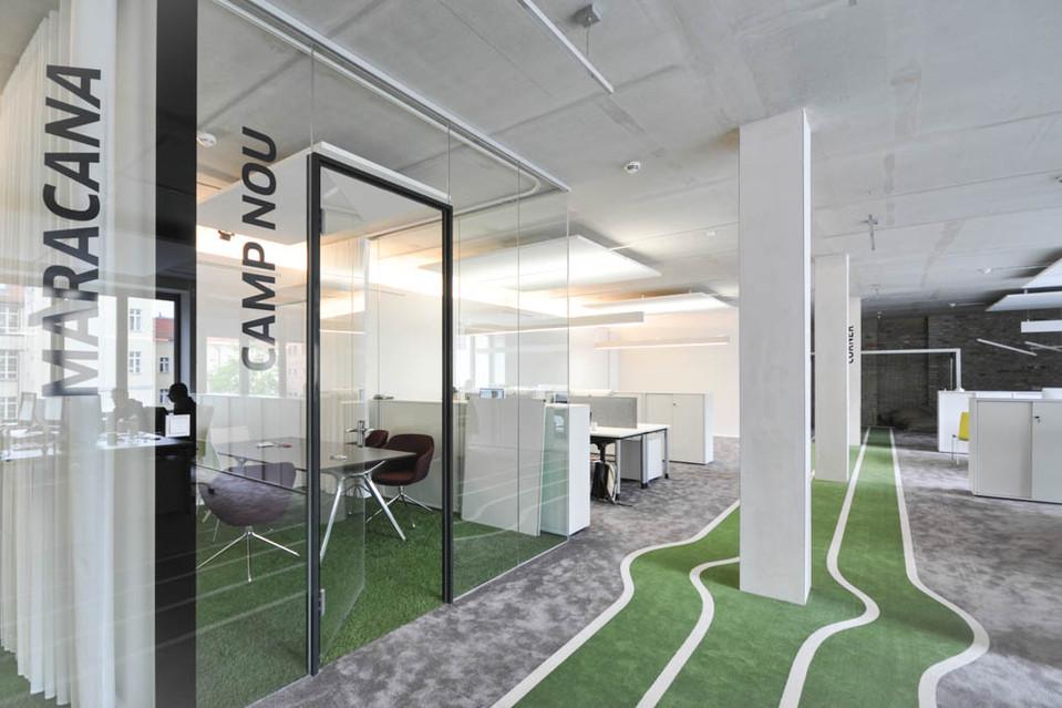 Die Büros des Unternehmens sind nach großen Fußballstadien benannt. Das Design ist schlicht und trotzdem gemütlich.