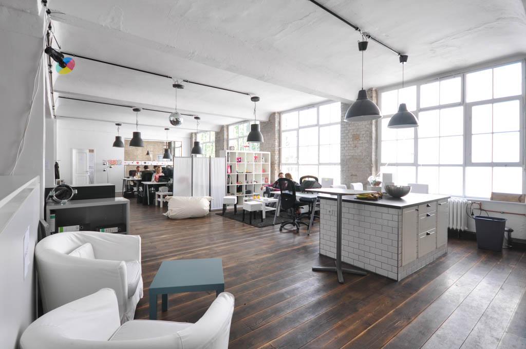 Unter den Investoren finden sich bekannte Namen wie Otto Capital und der Pro-Sieben-Sat.1-Inkubator Epic Companies, dessen Büro sich nur einen Steinwurf von Amorelie ebenfalls am Paul-Lincke-Ufer befindet.
