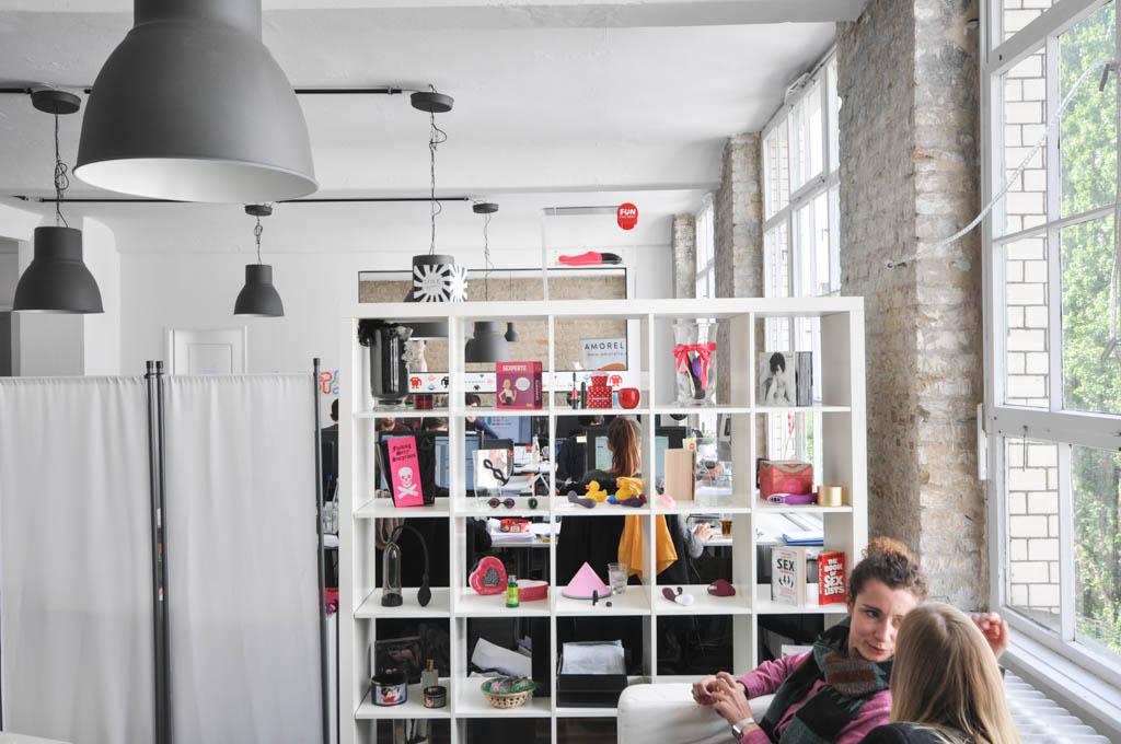 Amorelie hat über 100 Marken im Angebot, die zum Teil auch in den Büroräumen des Start-ups ausgestellt werden. Hier werden Vibratoren, Sexbücher und Dessous präsentiert.