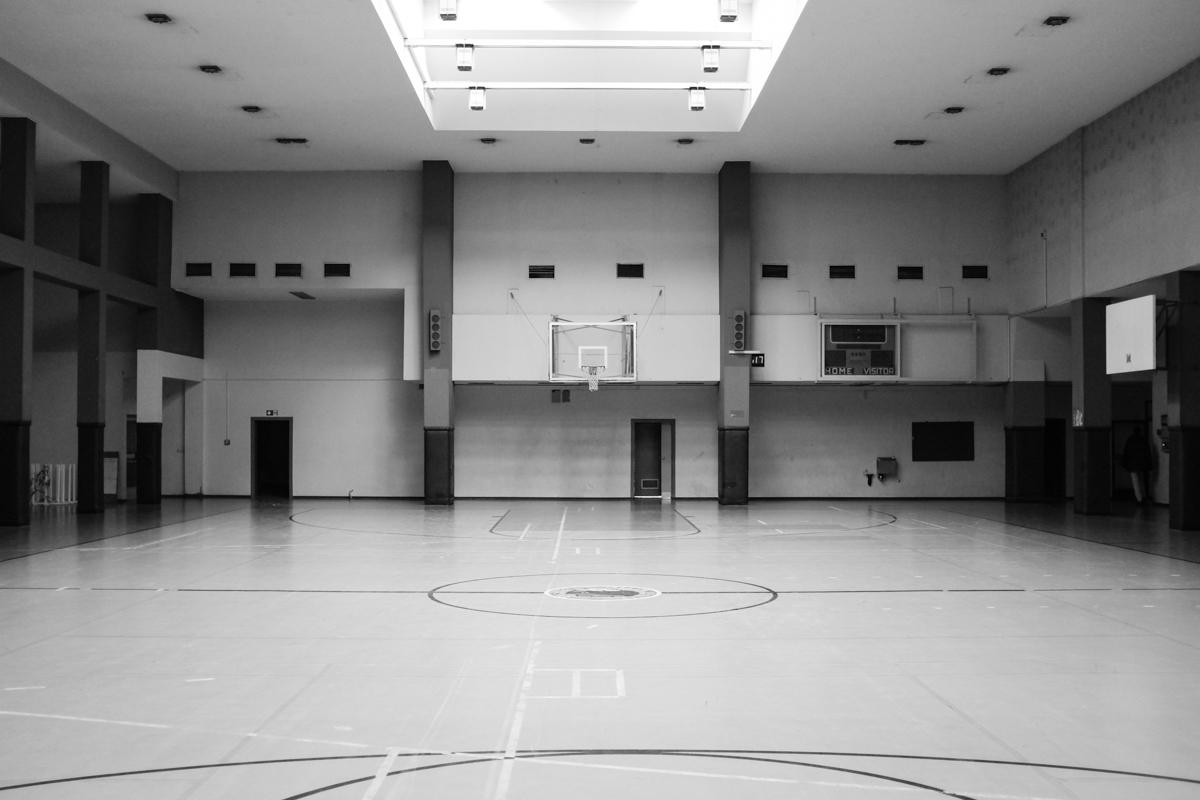 Das Basketballfeld.